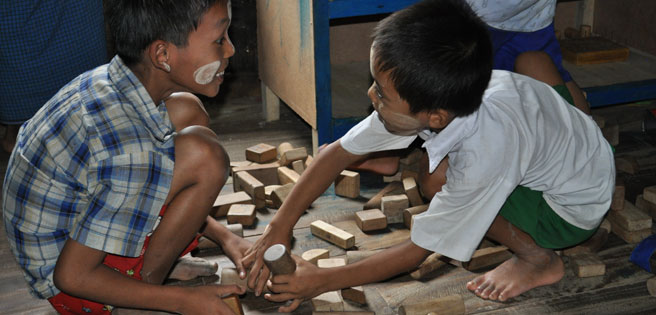 boys-playing-with-wood-blocks